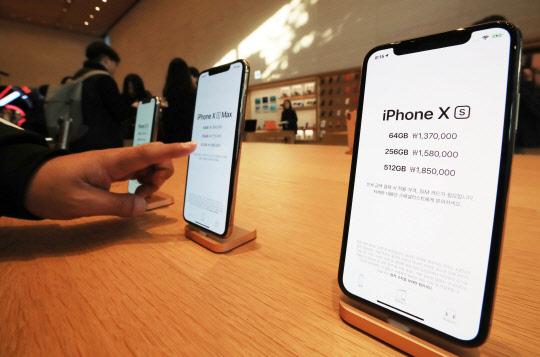 힘 안받는 아이폰XS·XR…첫주 개통량 전작의 60% 불과